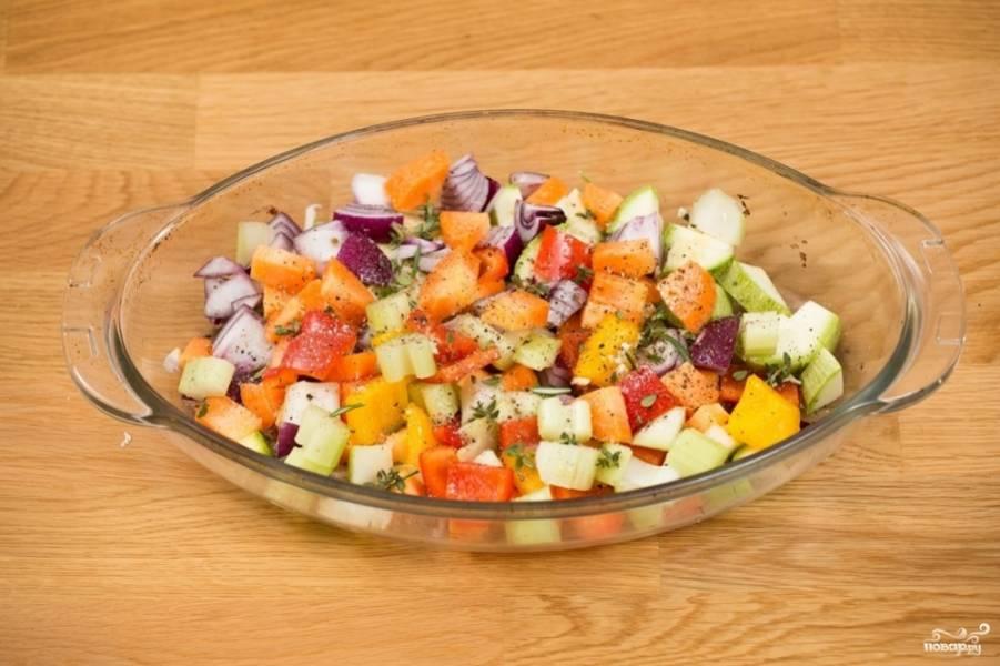 Разогрейте духовку до 180 градусов. Выложите в форму для запекания утиную грудку, вокруг разложите овощи. Порежьте сливочное масло на кусочки, выложите его поверх утки и овощей.