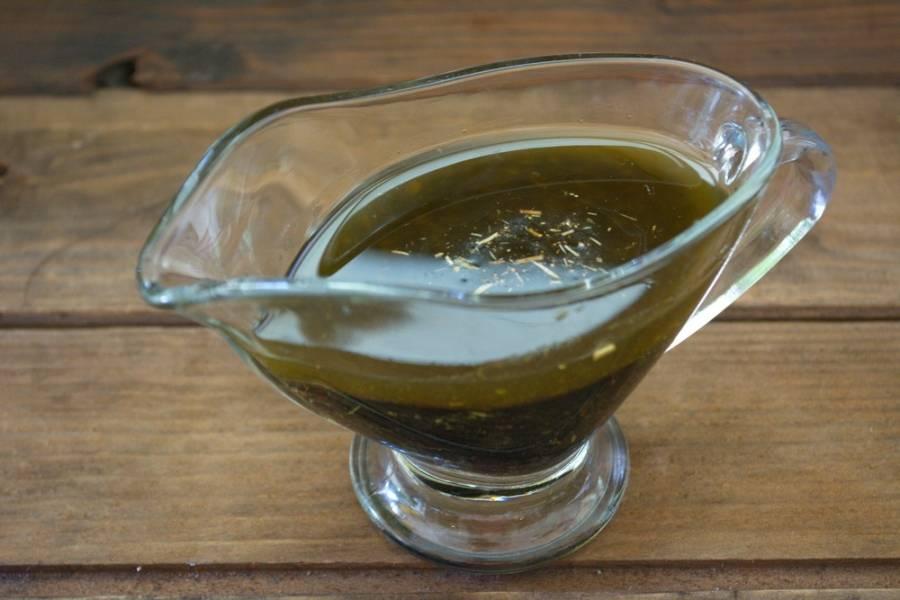 Смешайте соевый соус, растительное масло, перемолотые специи (я взяла итальянские). Взбейте.