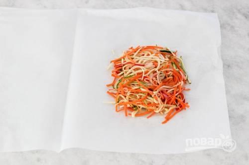5. Подготовьте лист пергамента. Смажьте его капелькой растительного масла, выложите сверху часть овощей (на 1 порцию).