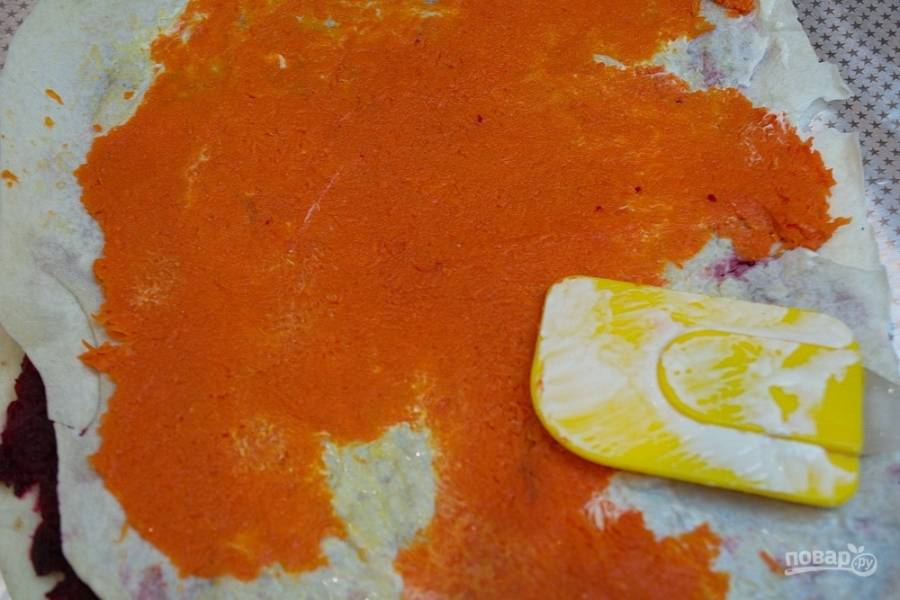 Очистите и натрите на мелкой терке отварную морковь. Распределите по всему листику лаваша. Накройте новым кусочком лаваша. Это будет уже третий слой (третья половинка лаваша).