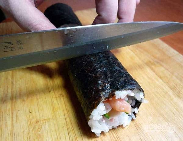 8. Разрежьте сначала пополам, а затем порционными кусочками, каждый раз смачивая нож в рисовом уксусе.