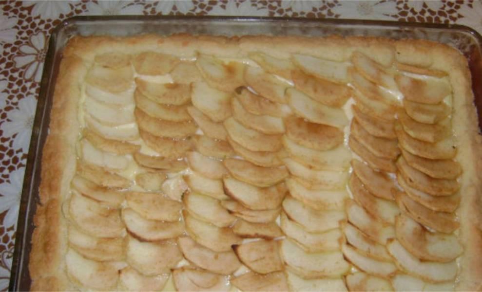 9. Сверху разложите яблоки и поставьте запекаться в духовку, разогретую до 180 С на 30 минут. Он должен получиться очень золотистым.