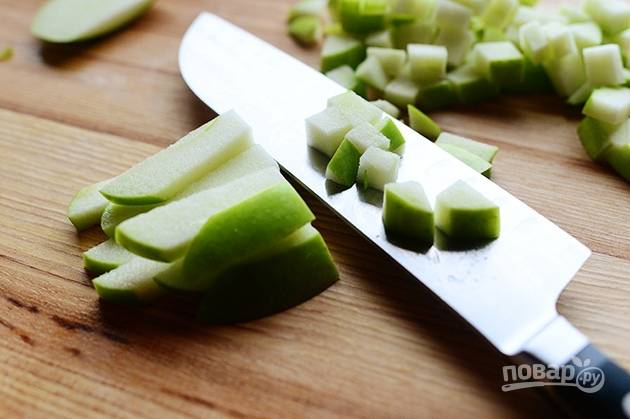 2. Порежьте яблоки на мелкие кубики.
