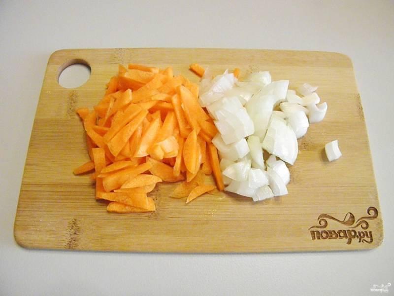 Порежьте лук кубиками, морковь и свеклу соломкой. Воду для борща посолите и доведите до кипения.