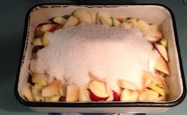 Засыпьте яблоки сахарным песком. На 1 кг яблок нужно примерно 500 г сахара. Конечно же, если яблоки сами по себе сладкие, сахара берем меньше.