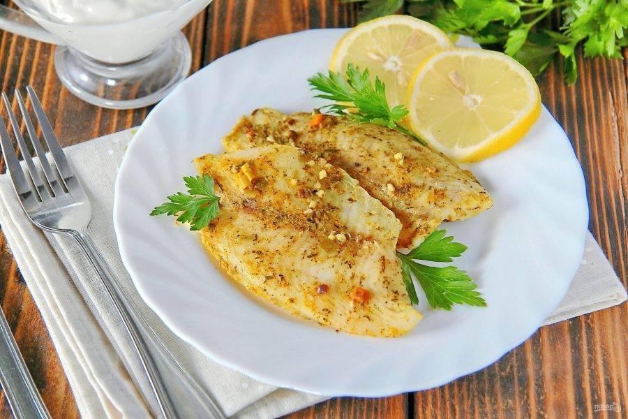 5. Подавайте рыбу с любым гарниром или соусом, украсив дольками лимона и свежей зеленью. Приятного аппетита!