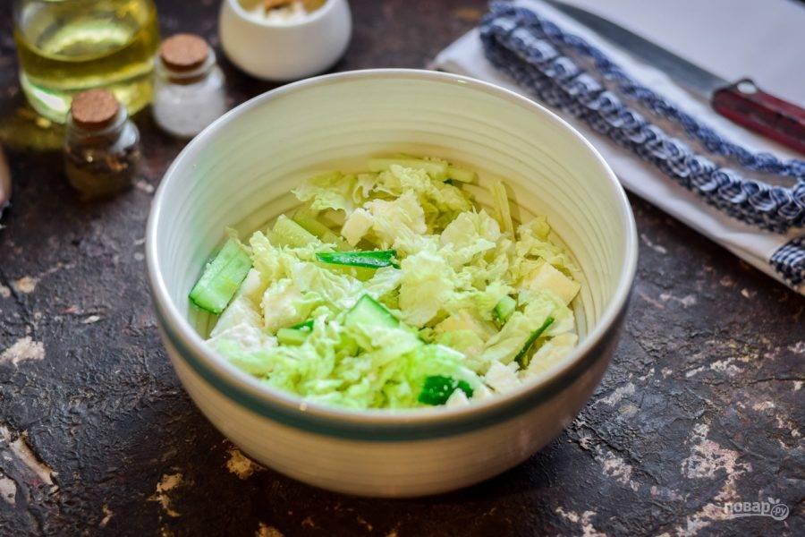 Заправьте салат маслом, добавьте соль и перец. Перемешайте все ингредиенты. Подавайте салат к столу.