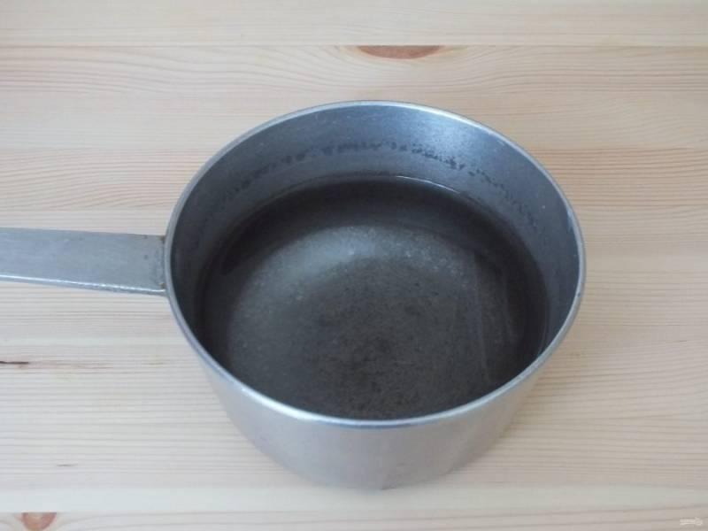Сделайте рассол. В воде растворите соль и сахар, поставьте на огонь и прокипятите 2 минуты после закипания. Хорошо охладите.