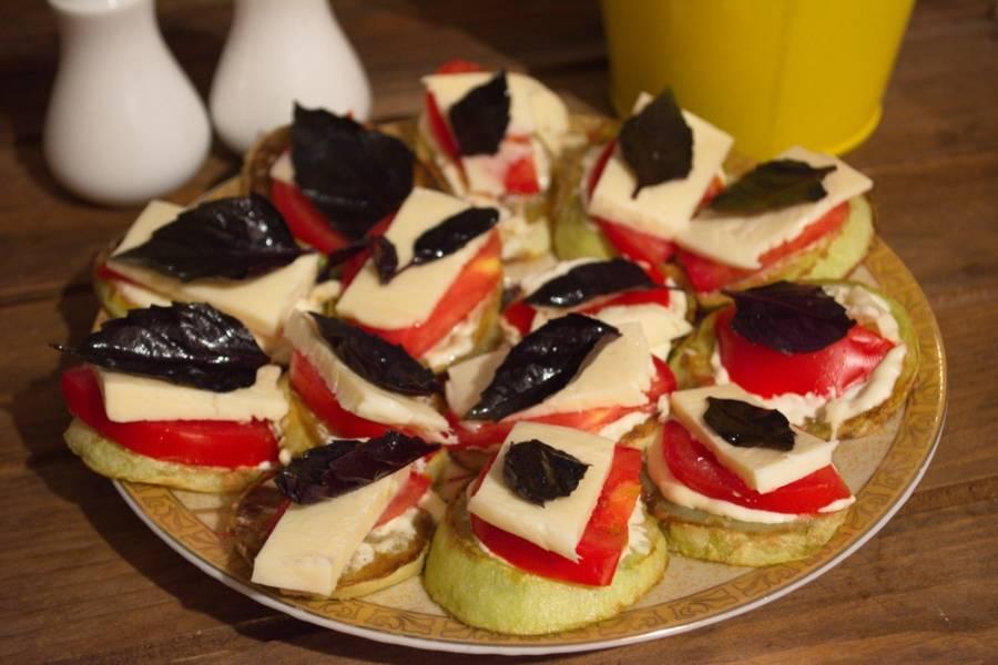 Кавказский сыр нарезать на пластинки, тоненько. По кусочку сыра уложите поверх каждой помидорной дольки.