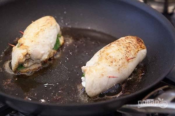 4. Выложите на сковороду с разогретым маслом (желательно такую, которую потом можно отправить в духовку) и обжарьте на сильном огне до румяности. После отправьте в духовку и доведите до полной готовности (10-12 минут).