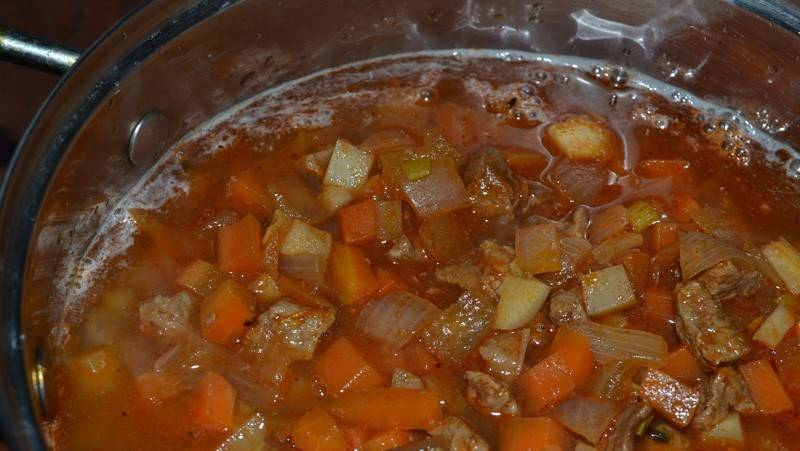 2. Когда и мясо, и картофель уже будут готовы - выкладываем все содержимое сковороды в кастрюлю, добавим томатную пасту, лапшу и специи по вкусу. Держим до готовности лапши.