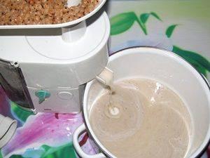 Смородину, собрать, помыть, перебрать и выжать сок.