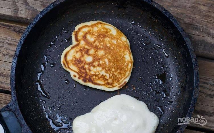 Разогрейте в сковороде растительное масло. Ложкой выливайте тесто в сковороду и обжаривайте блинчики с обеих сторон по несколько минут до румяной корочки.