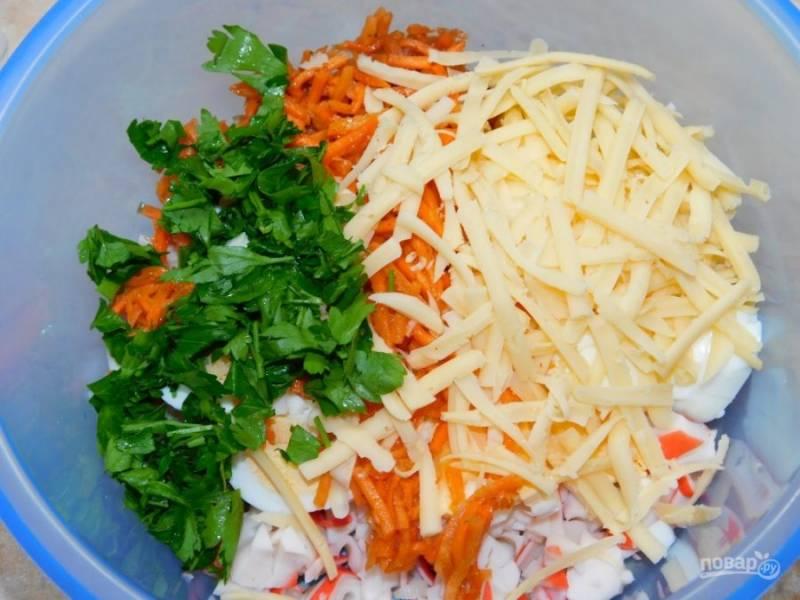 Также добавьте нарезанную петрушку и тертый сыр. Заправьте салат майонезом. Перемешайте.