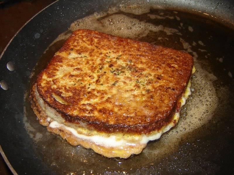 Положите хлеб с сыром на сковороду.
