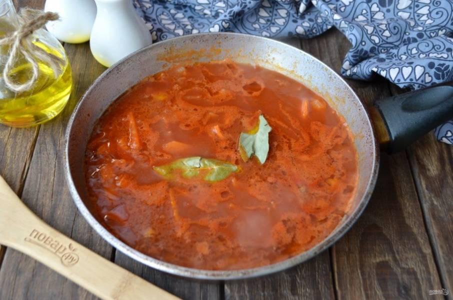 Морковь и вторую часть лука обжарьте на растительном масле. Помидоры пропустите через мясорубку или соковыжималку и добавьте к овощам, туда же отправьте зубчик чеснока, лавровый лист, соль. Протушите.
