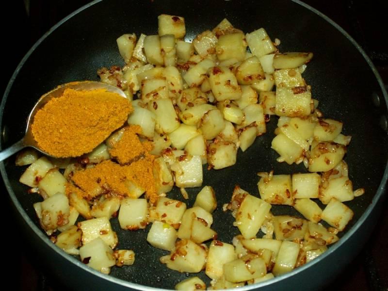 5. Добавляем немного карри (хорошо раскрывает вкус овощей в этом блюде).