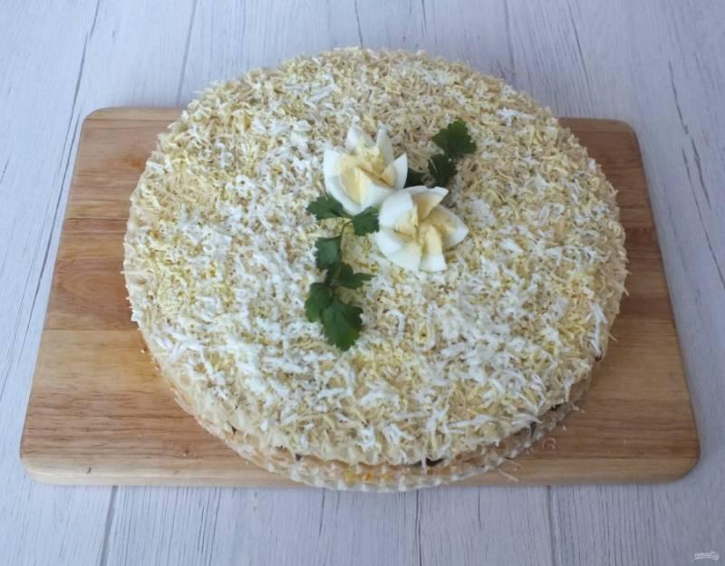 Накройте последним вафельным листом. Сверху натрите остатки сыра и вареные яйца. Украсьте по желанию.