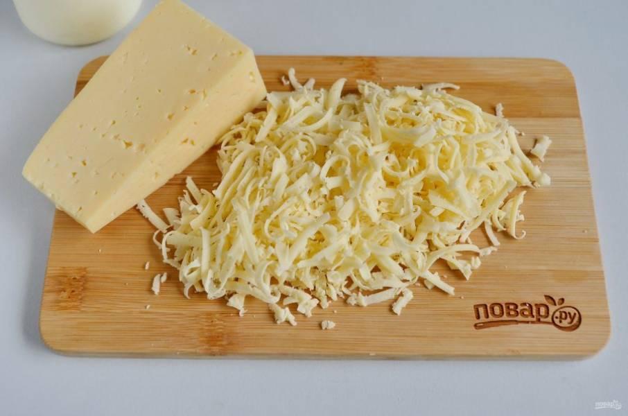 6. Половину сыра натрите на крупной терке для салата, а на мелкой — для украшения.