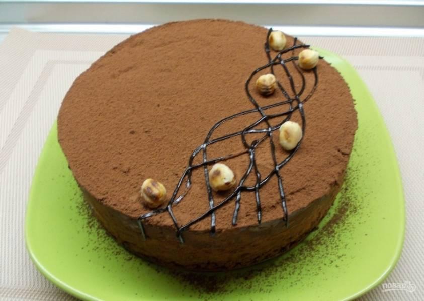 11.Достаю торт из формы и выкладываю на тарелку, посыпаю какао-порошком и украшаю фундуком. Приятного аппетита!