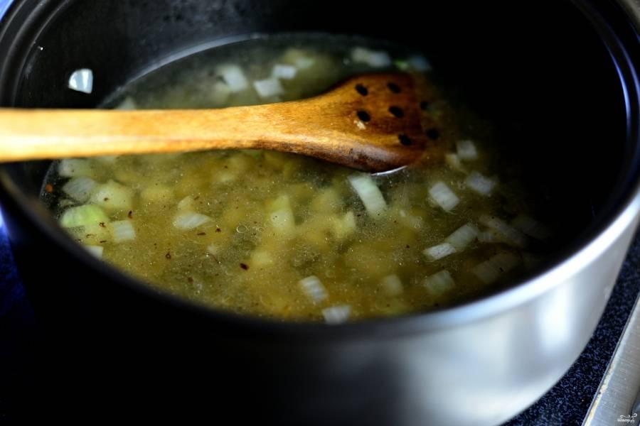 Шаг 6. Смешайте все ингредиенты: брокколи, цветную капусту, лук и чеснок, переложите их в кастрюлю. Добавьте около 800 мл. воды, доведите до кипения. Затем оставьте, чтобы все вместе потушилось, еще на минут 10.