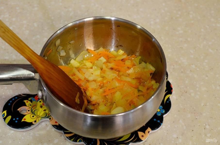 В сотейнике разогрейте масло, добавьте лук, морковь и чеснок. Немного обжарьте.