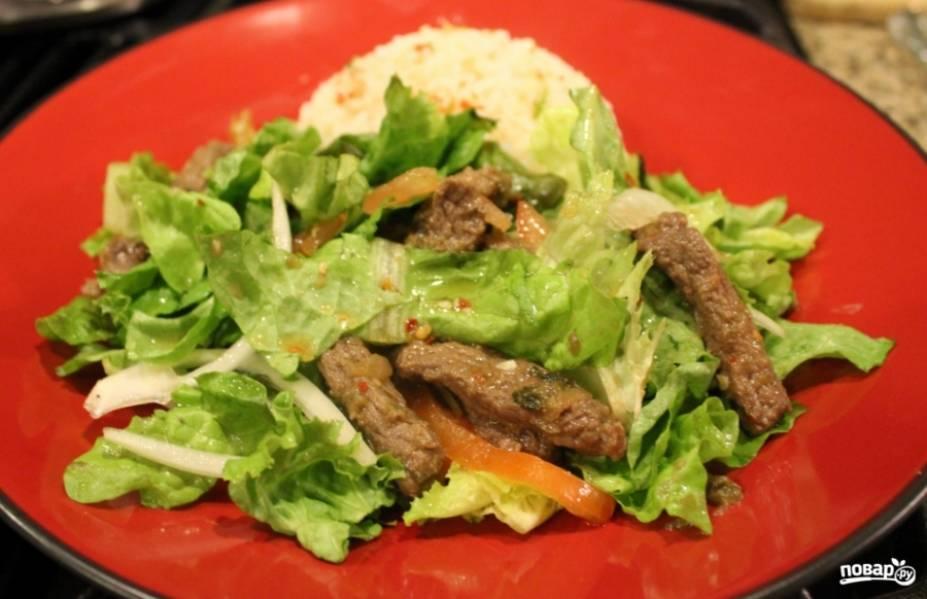 4. Вот и все! Перемешаем салат, раскладываем по тарелкам и подаем!