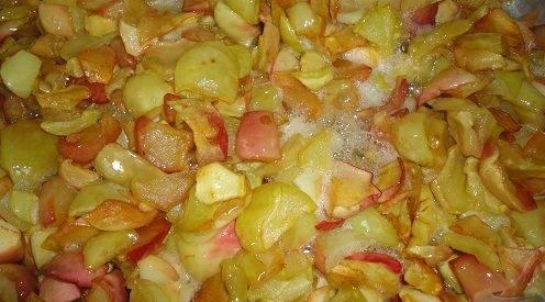 Для начала тщательно промойте яблоки под водой и обсушите, затем порежьте их дольками. Дольки яблок засыпаем в емкость для варки и перемешиваем с сахаром. Лучше всего это сделать на ночь, чтобы выделилось достаточное количество сиропа. Далее нужно прокипятить яблочные дольки 10 минут. Теперь варенье должно остыть.