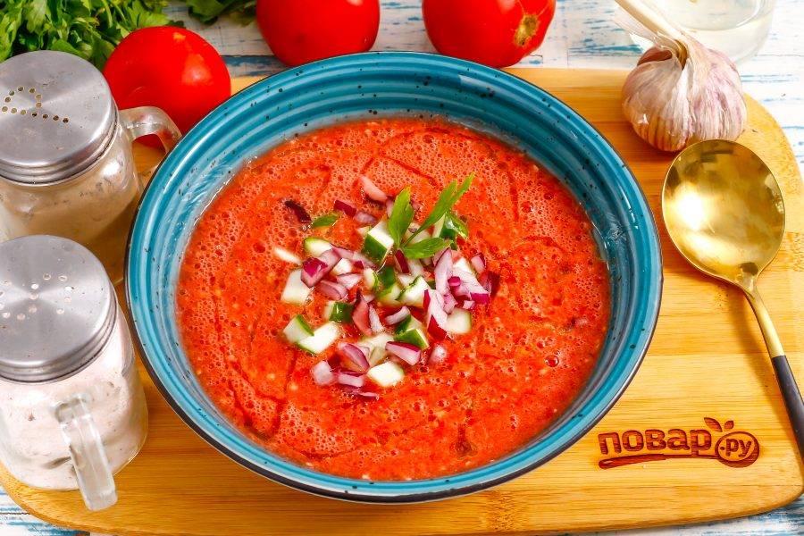 Разлейте итальянский гаспачо в глубокие тарелки, остудите 30 минут в холодильнике. Сбрызните растительным маслом, украсьте по своему вкусу и подайте к столу.