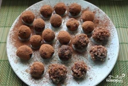 Насыпаем в плоскую миску или на стол какао, формируем из получившейся массы небольшие шарики, которые затем обваливаем в какао. Точно так же обваляем конфеты в маке, семенах кунжута и кокосовой стружке. Получится своеобразное ассорти :)