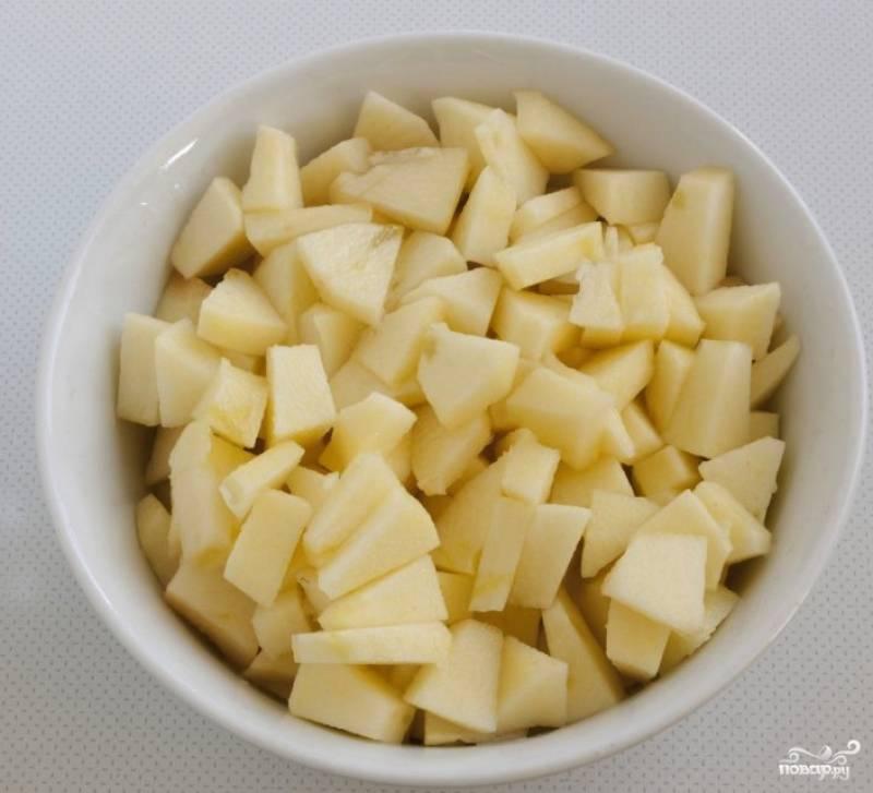 Яблоко вымойте, снимите с него кожуру, вынимите сердцевину и порежьте некрупными дольками. Можете использовать любые сухофрукты. Я использую изюм и предварительно замачиваю его в кипятке на 5 минут.