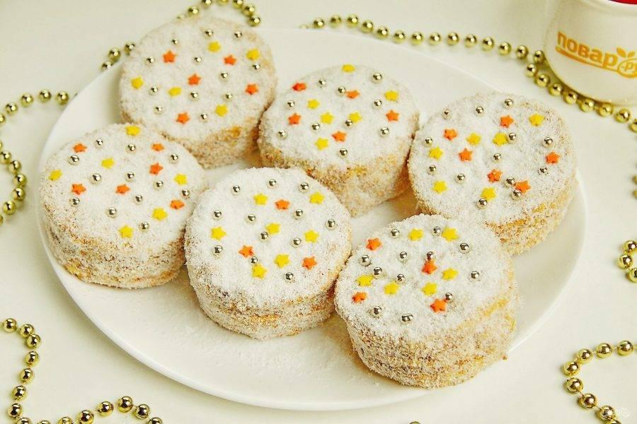 Я смазала каждое пирожное остатками крема и обваляла со всех сторон в кокосовой стружке. Для верха использовала кондитерские украшения. Вот такие пирожные получились!