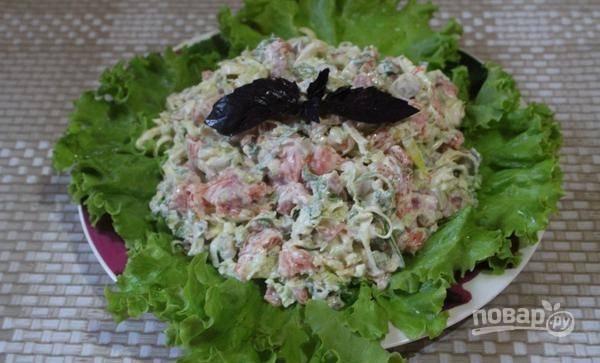 Все ингредиенты перемешайте вместе с майонезом и горчицей. Выложите салат на листья. Приятного аппетита!