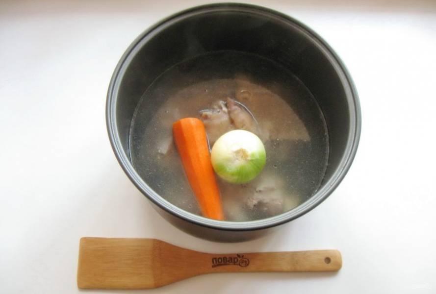Добавьте в бульон морковь, луковицу, лавровый лист и перец горошком. Продолжайте варить еще 2,5 часа до готовности мяса.