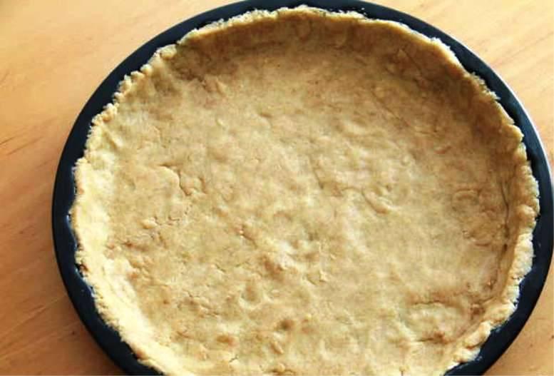 Смажьте форму для пиццы, распределите по ней тесто тонким слоем и выпеките в течение 8-10 минут при 200 градусах. Затем полностью остудите.