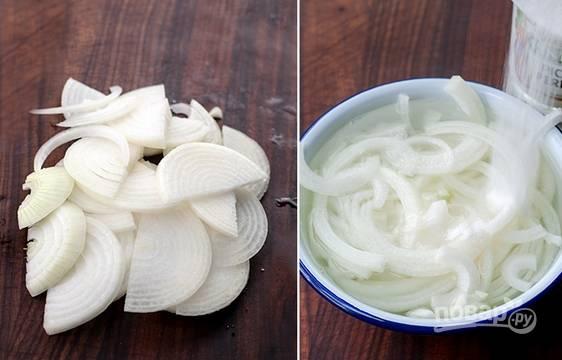 2. Очистите и нарежьте лук. Добавьте сахар, уксус, щепотку соли, залейте водой. Оставьте его мариноваться.