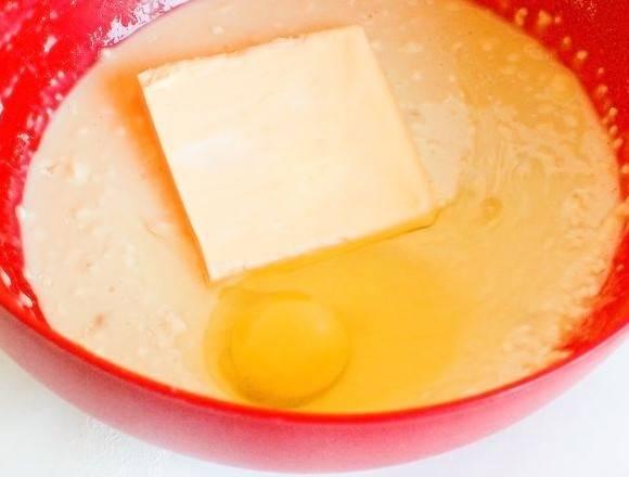 2. Затем можно добавить в тесто сливочное масло или маргарин, а также вбить яйцо. Все как следует перемешать и постепенно вводить просеянную муку. Когда тесто станет достаточно густым, но не слишком крутым, накрыть полотенцем и оставить в теплом месте.