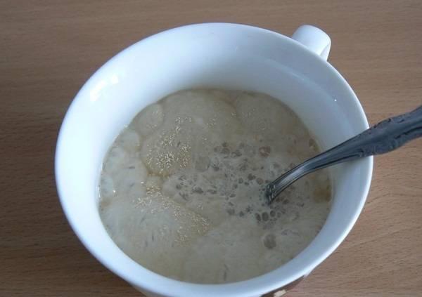Смешиваем масло, муку, соль и 1/2 стакана сахарного песка в миске. Затем добавляем в смесь яичные желтки, лимонный сок и ваниль.
