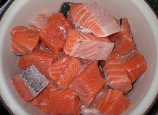 Рыбное филе промываем и разрезаем на порционные кусочки.