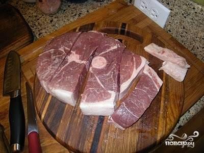 2. Возьмите мясо целым куском. Более всего подходит окороковая часть. Тщательно промойте. Промокните от излишней влаги. Нарежьте кусками толщиной 8-10 см.