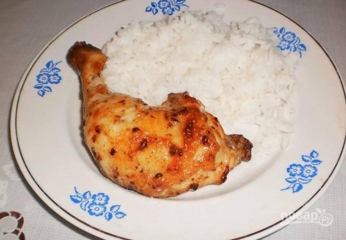 Запекайте курицу при 200 градусах в течение 40 минут. Подавайте блюдо с гарниром. Приятного аппетита!
