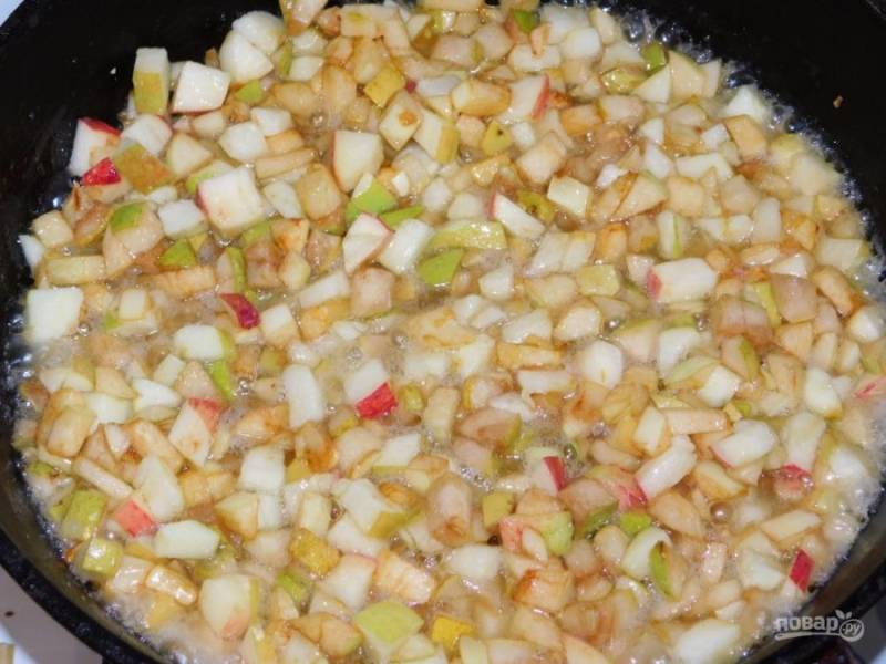 Добавьте нарезанные фрукты. Тушите в течение 5 минут.
