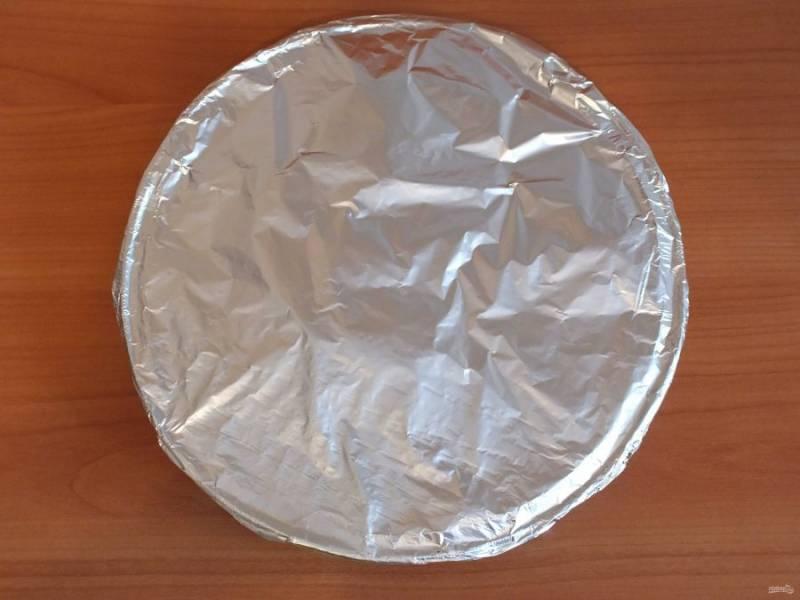 Разогрейте духовку до 180 градусов. Подготовленные куски трески выложите в форму для запекания, на лук, закройте фольгой и поставьте в духовку на 30 минут.