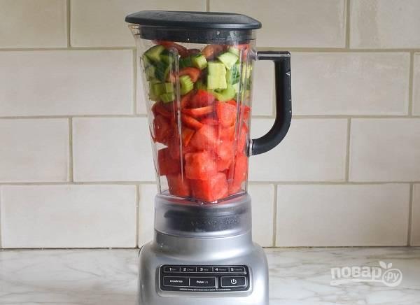 2. Выложите все ингредиенты в чашу блендера. Добавьте горсть базилика, немного имбиря, соль, перец и уксус, сок лайма.