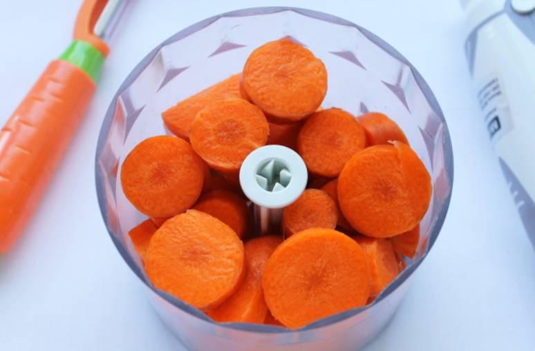 Репчатый лук очищаем и измельчаем. Морковь очищаем и нарезаем кружочками. Перекладываем морковь в чашу блендера.