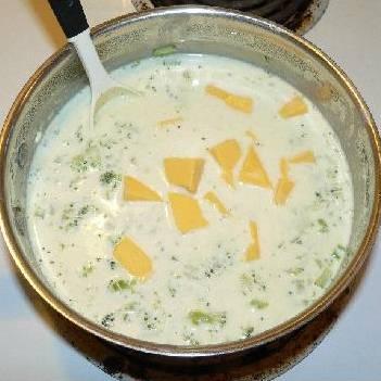 Добавить нарезанный сыр в суп и размешать. Томить на медленном огне пока сыр полностью не растворится. Подавать горячим, украсить зеленью. Приятного аппетита!