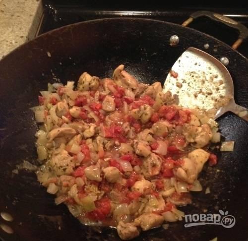 4.Томаты нарежьте маленьким кубиками и выложите в сковороду к мясу, добавьте сахар.