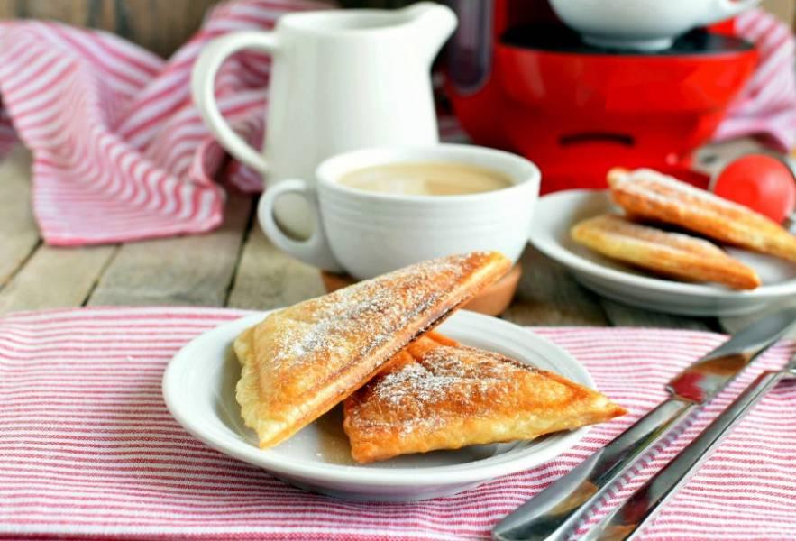 Подавайте сразу же - горячими и хрустящими, посыпав сахарной пудрой. С чашкой ароматного кофе – изумительно!