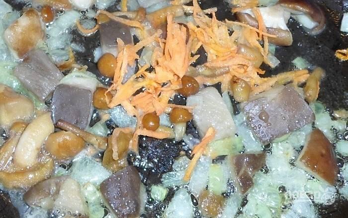 Сваренные грибы кусочками обжарьте в масле вместе с нашинкованным луком и натёртой морковью. Тушите ингредиенты до мягкости.