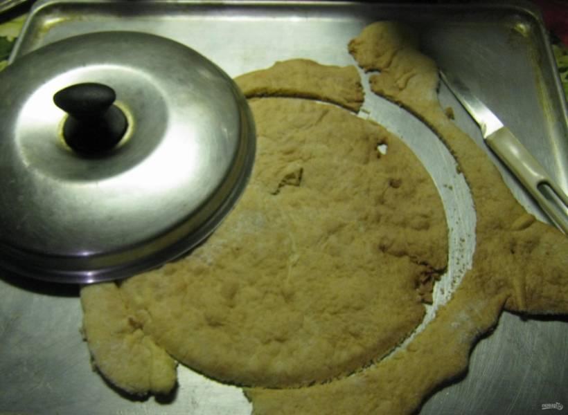 9. После запекания каждый корж обрезаем кругом и складываем стопкой. Полученные обрезки измельчаются в блендере и служат посыпкой для нашего торта.